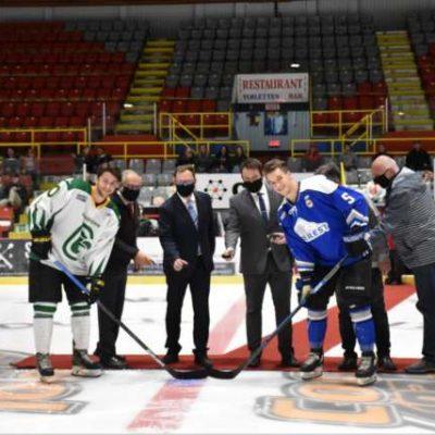 La mise en jeu protocolaire du match inaugural de Condors de Beauce-Appalaches.