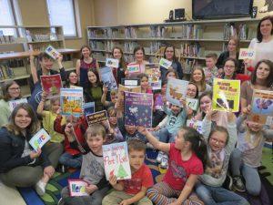 Groupe d'enfants et d'étudiants avec livre