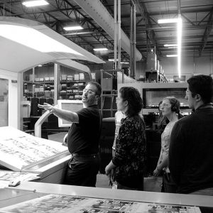 Étudiants en visite d'une imprimerie