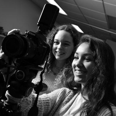 Étudiantes manipulant un appareil photo