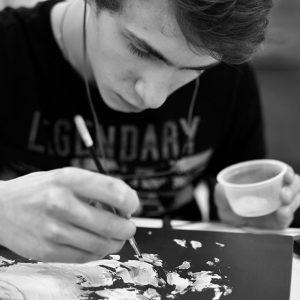 Un étudiant en train de peinturer