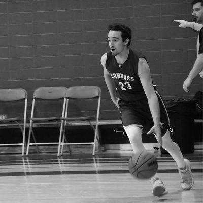 Joueur de basketball en course avec le ballon