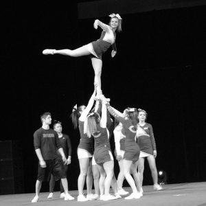 Stunt de cheerleaders voltige en arabesque
