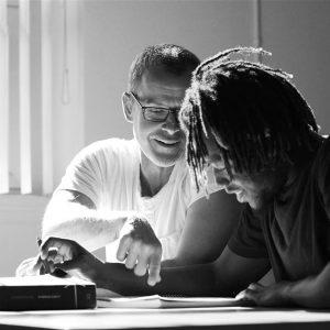 Enseignant avec étudiant à un bureau - Étudiant à son poste de chimie - Laboratoire de chimie - cégep beauce-appalaches - anglais