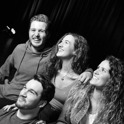 Groupe de quatre amis souriants