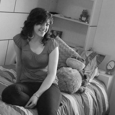 Étudiante sur son lit en résidence