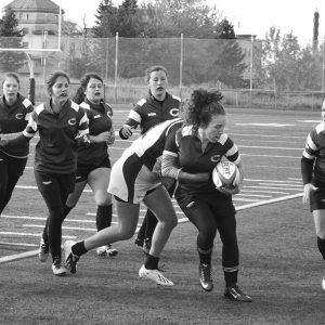 Joueuse de rugby courant avec le ballon