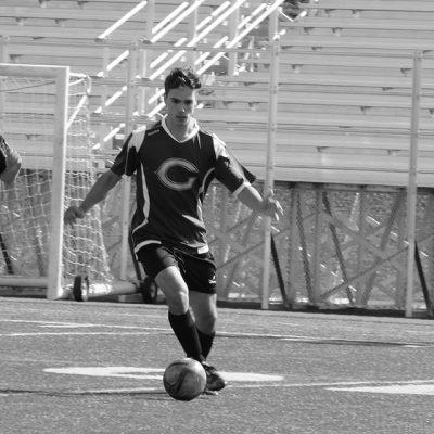 Joueur de soccer courant avec un ballon