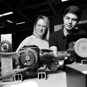 Étudiants observant des engrenages de machinerie