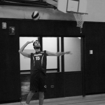 Joueur de volleyball s'apprêtant à faire un service