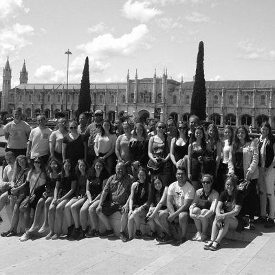Groupe d'étudiant devant le monastère des Hiéronymites au Portugal