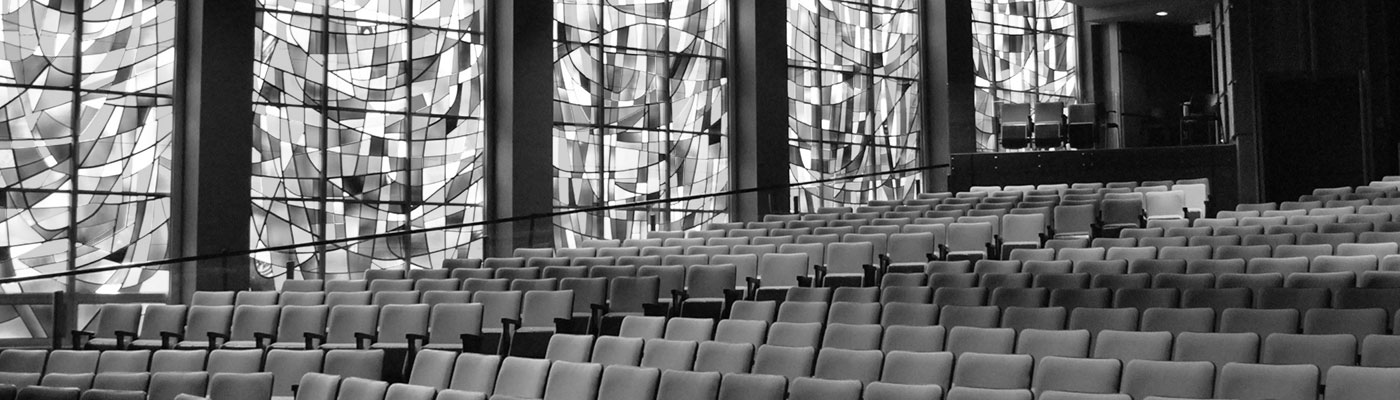 Photo des sièges et des vitraux de la Salle Alphonse-Desjardins