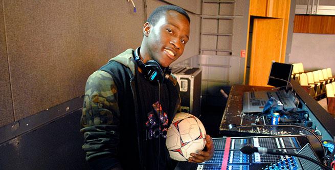 Photo Martin Belporo derrière console d'éclairage